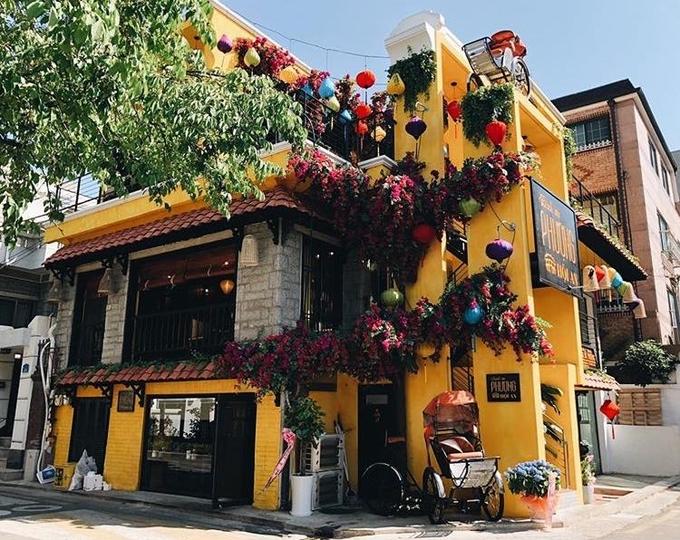 Bánh mì Phượng trên đường Phan Chu Trinh, Hội An được các trang báo, diễn đàn du lịch lẫn chuyên gia ẩm thực nước ngoài dành nhiều lời khen, trở thành một trong những tiệm bánh mì nổi tiếng nhất Việt Nam. Ngày 4/5, tiệm vừa mở chi nhánh tại khu Yeonnam, quận Mapo, Seoul. Căn nhà ba tầng sơn màu vàng nổi bật giữa những tòa nhà hiện đại ở thủ đô Hàn Quốc.