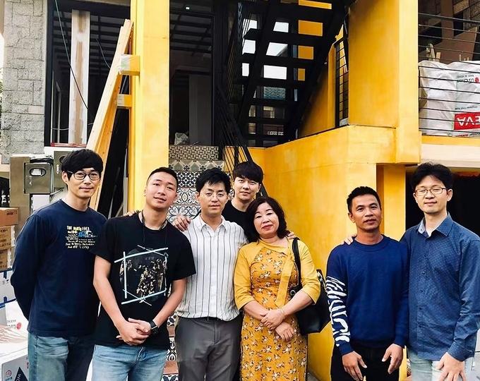 Bà Phượng (áo vàng) từ Việt Nam sang để truyền lại công thức nấu ăn cho đầu bếp, chụp ảnh cùng đội ngũ Hàn Quốc.