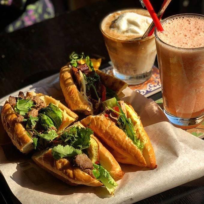 Thực đơn quán gồm 3 loại bánh mì nhân: thịt nướng, gà với phô mai và thịt bò với trứng. Quán bán kèm các loại nước như cà phê cốt dừa, cà phê sữa đá...