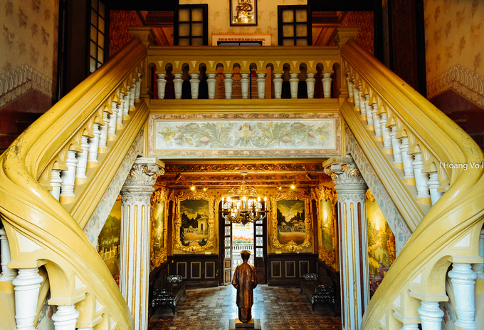 Căn phòng chính nhìn từ chiếu nghỉ trên cầu thang tầng một. Các trụ đỡ, tay vịn cầu thang và hoạ tiết trang trí đều mang đậm phong cách phương Tây.