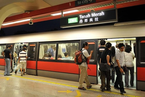 Trạm tàu điện ngầm ở Singapore đón khoảng 2 triệu lượt di chuyển mỗi ngày. Ảnh: Strait Times.