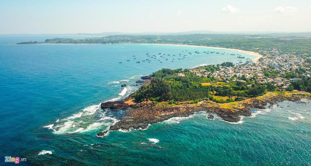 """Bãi biển """"vầng trăng khuyết"""" Lệ Thủy thuộc huyện Bình Sơn hoang sơ với những làng chài bình yên."""