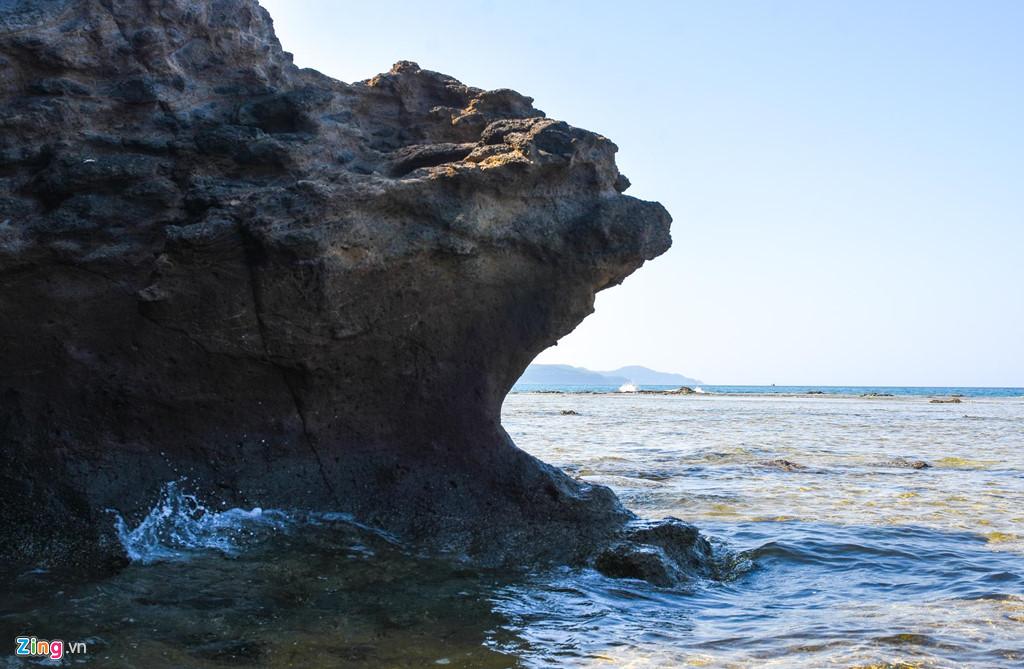 Vách đá nhô ra biển tạo hình kỳ thú như loài động vật hoang dã đang săn mồi.