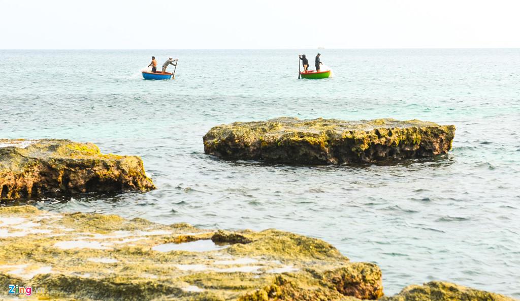 Không chỉ tắm biển, lặn ngắm san hô, rong biển ven gành đá Lệ Thủy, du khách có thể cùng ngư dân trải nghiệm chèo thúng bắt cá vùng biển ven bờ...