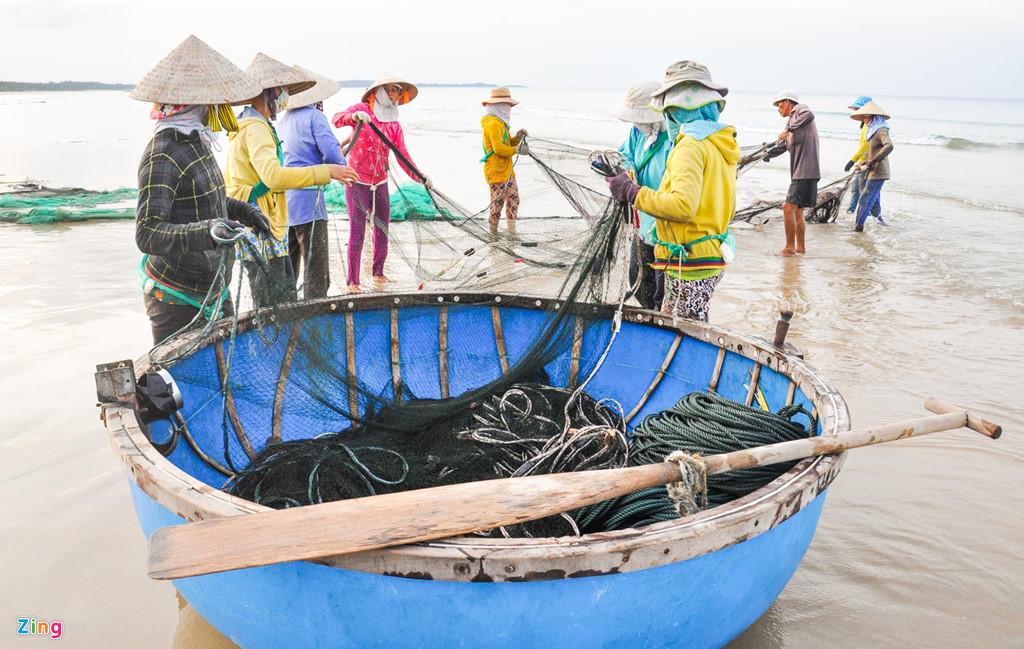 Ngoài ra, du khách đến đây cũng có cơ hội tự tay thả lưới vây bắt cá dọc ven biển cùng dân chài.
