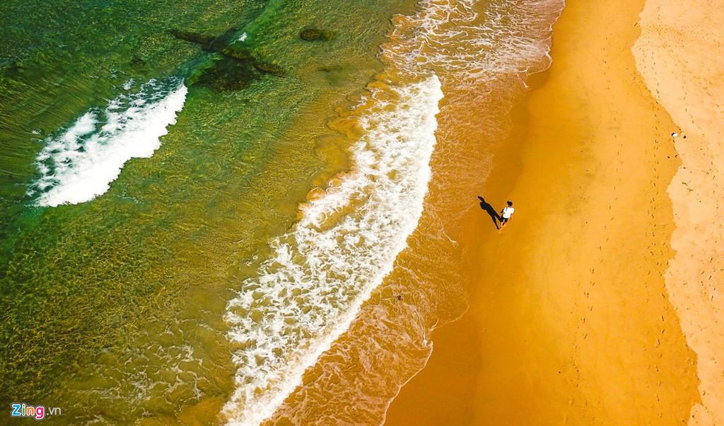 Mùa hè nắng nóng, du khách có thể đến đây hòa mình trong làn nước trong veo, thưởng ngoạn từng đợt sóng biển gối lên nhau vỗ bờ đẹp như bức tranh thủy mặc.