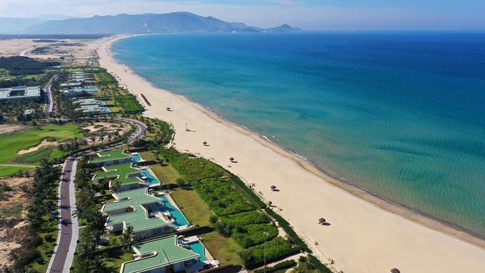 Bờ biển Quy Nhơn trải dài 72 km với những bãi tắm đẹp ở trung tâm và các vùng ngoại ô. Hình ảnh bãi biển Cát Tiên (xã Nhơn Lý) uốn cong mềm mại kéo dài tít tắp.