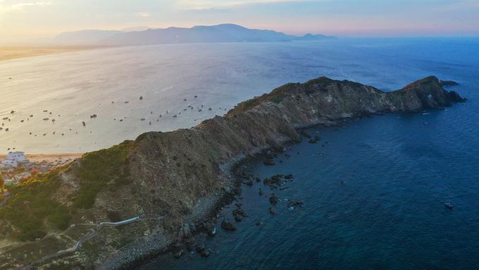 Nơi đây có phong cảnh hoang sơ với những ngọn núi đá cao vươn mình ra biển. Thời điểm thích hợp nhất để tới thăm Eo Gió nói riêng và Quy Nhơn nói chung là vào mùa khô, từ tháng 3 tới tháng 9.