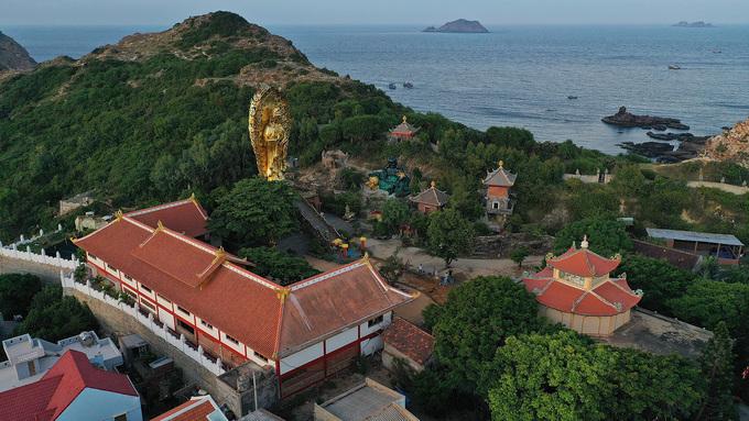 Được xây dựng từ năm 1960, tịnh xá Ngọc Hòa sở hữu tượng Phật đôi lớn nhất Việt Nam. Điểm đến này nằm gần Eo Gió nên bạn có thể kết hợp cho chuyến đi trong ngày.
