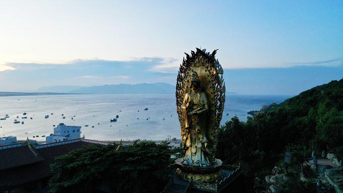 Pho tượng được xây dựng vào năm 2013, cao 30 m, gồm 2 tượng quay lưng vào nhau. Một bên là tượng Quan Âm Kiết Tường màu vàng, hướng núi tượng trưng cho rừng vàng; một bên là tượng Quan Âm Nam Hải màu bạc, hướng biển tượng trưng cho biển bạc. Ý nghĩa của tác phẩm là phù trợ cho Quy Nhơn bởi rừng và biển chính là hai món quà quý giá mà thiên nhiên ban tặng cho nơi này