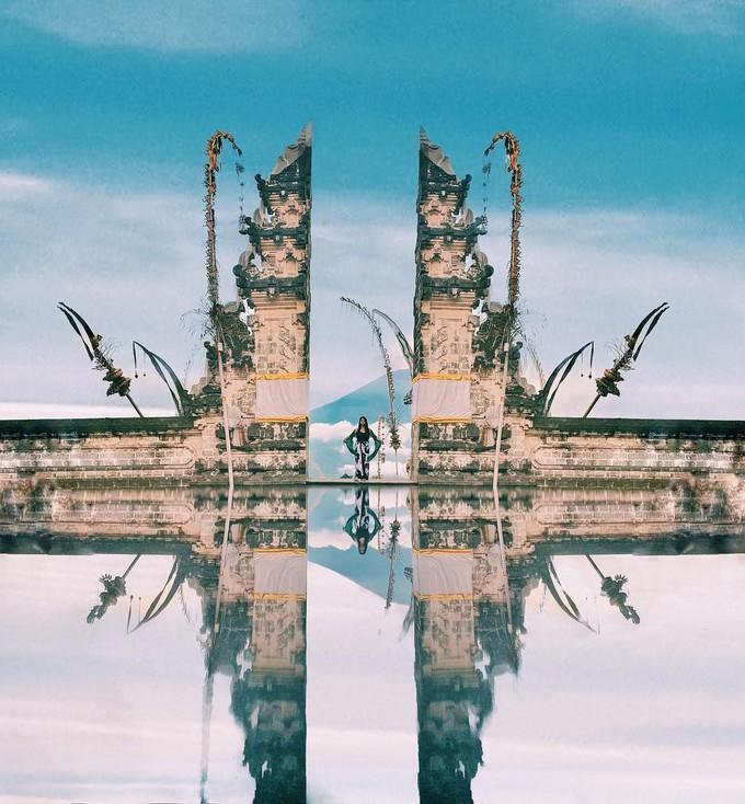Kiến trúc của Bali là nơi phản ánh tôn giáo, tập quán và văn hóa hàng trăm năm của cư dân sinh sống trên đảo. Khi bạn đến tham quan một ngôi đền ở Bali, Indonesia, điều đầu tiên bạn trông thấy là những cánh cổng chia đôi hay còn gọi là Candi Bentar. Ảnh: Sailing Stone Travel.