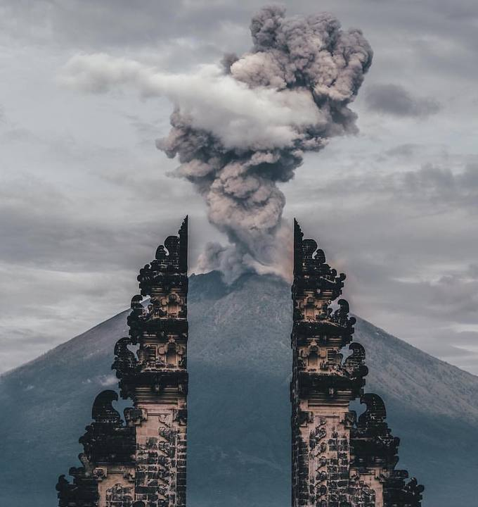 Người Bali tin rằng ngọn núi Meru thần thoại thực sự tồn tại ở tiểu lục địa Ấn Độ, sau đó đã được thần Shiva mang đến Bali và chia chúng ra làm hai. Hai phần của ngọn núi hay hai phần của cổng Candi Bentar mang ý nghĩa tượng trưng cho sự cân bằng giữa ánh sáng và bóng đêm của Bali. Mọi sự vật trong thế giới đều có hai mặt tồn tại để đảm bảo sự cân bằng cho vũ trụ. Vì vậy nếu đã có thiện sẽ tồn tại cái ác, sự sinh sôi cân bằng với cái chết, niềm vui đi đôi với nỗi buồn, tuổi trẻ cân bằng với tuổi già và sức khỏe cân bằng với bệnh tật. Ảnh: Get Your Guide.