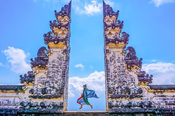 Một trong những cánh cổng chia đôi đặc trưng nhất của Bali nằm tại đền Pura Lempuyang, một trong sáu ngôi đền Hindu linh thiêng nhất hòn đảo. Ngoài ra, cổng Candi Bentar còn xuất hiện trong các khu nghỉ dưỡng và sân golf. Ảnh: Bali Tour.