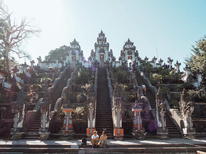 Đền Lempuyang nằm trên núi cùng tên ở độ cao 1.175 m so với mực nước biển và được bao quanh một khu rừng. Vì vậy để tham quan đền Lempuyang và chiêm ngưỡng phong cảnh của núi Agung phía đối diện, du khách phải chinh phục con đường leo núi với 1.700 bậc thang. Ảnh: Economic Calex.