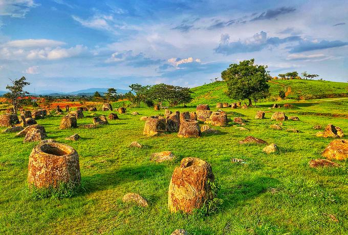 Cánh đồng chum cổ nằm rải rác dọc cao nguyên Mương Phuôn tại tỉnh Xiêng Khoảng (Lào). 59 điểm tập trung khoảng 2.000 chiếc chum có niên đại từ 1.500 đến 2.000 năm.