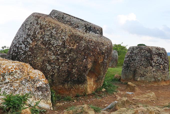 Chiếc chum to nhất có bán kính 2,5m cao 2,75m, nặng vài tấn. Người cổ đại tạo ra những chiếc chum với trình độ hiểu biết nhất định về vật liệu và phương pháp phù hợp. Nhiều khả năng họ sử dụng đục sắt để gọt đẽo, song chưa có bằng chứng xác nhận giả thuyết này. Cánh đồng chum hơn 2.000 tuổi trở thành Di sản thế giới  Các nhà khoa học biết rất ít về tác giả của cánh đồng chum khổng lồ. Bản thân những di tích này cũng không cung cấp nhiều gợi ý về xuất xứ hay mục đích sử dụng.