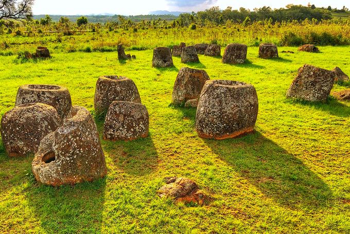 Phần lớn chuyên gia khảo cổ tin chúng là những bình đựng di cốt. Năm 1930, một chuyên gia từ Pháp kết luận rằng chum đá liên quan tới nghi thức an táng thời tiền sử. Cuộc khai quật của các nhà khảo cổ Lào và Nhật trong nhiều năm đã giúp củng cố giả thuyết này khi phát hiện nhiều hài cốt, đồ bồi táng và gốm sứ quanh những chiếc chum đá.