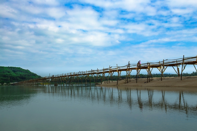 Từ quốc lộ 1A, du khách rẽ ra hướng biển khoảng hơn 100 m sẽ gặp cầu Ông Cọp. Nhìn từ xa, cây cầu trông nhỏ bé giữa vùng nước mênh mông. Hàng ngày, vài trăm lượt khách qua lại nơi đây.