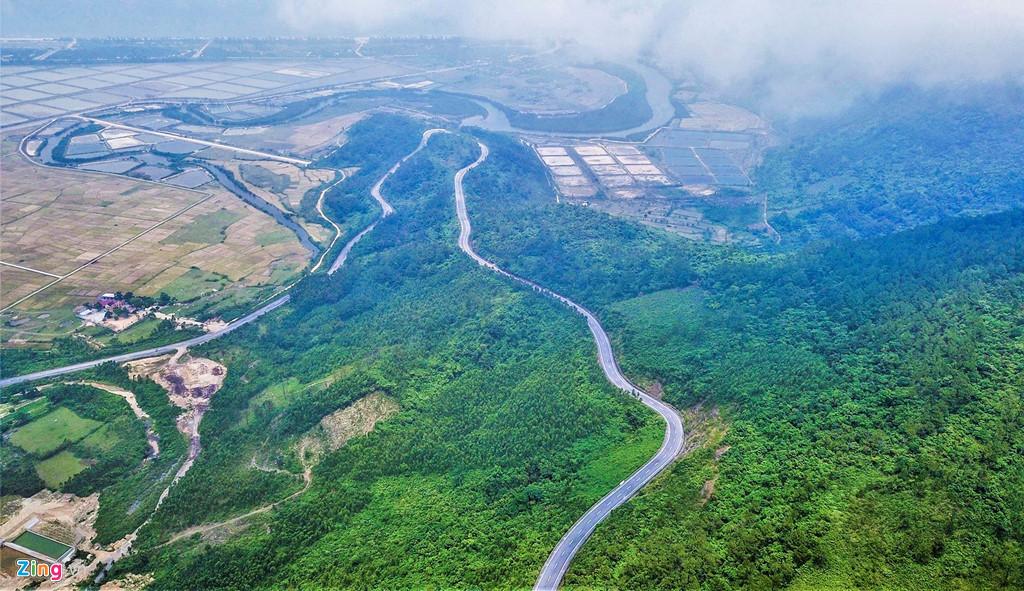 Quốc lộ 1 uốn lượn quanh đèo Ngang với chiều dài khoảng 6 km kéo qua các triền núi dẫn vào di tích gần trùng khớp với ranh giới hai tỉnh Hà Tĩnh và Quảng Bình.