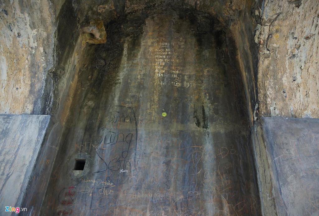 Trong vòm cánh cổng cao 4 m xuất hiện chi chít những vết vẽ bẩn, xâm hại đến di tích.