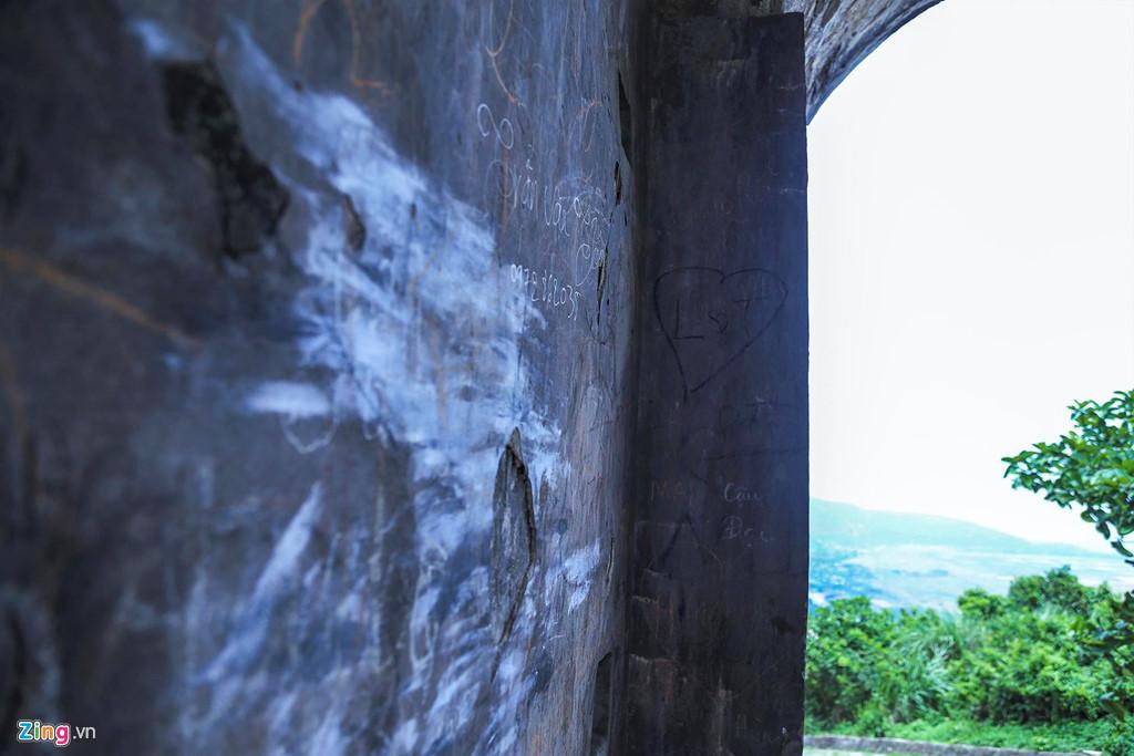 Những vết phấn, mực bị bôi trát hoàn toàn lên vòm cánh cổng. Nhiều mảng tường bong tróc cũng được trát vữa, bê tông để hạn chế sự xuống cấp của di tích.
