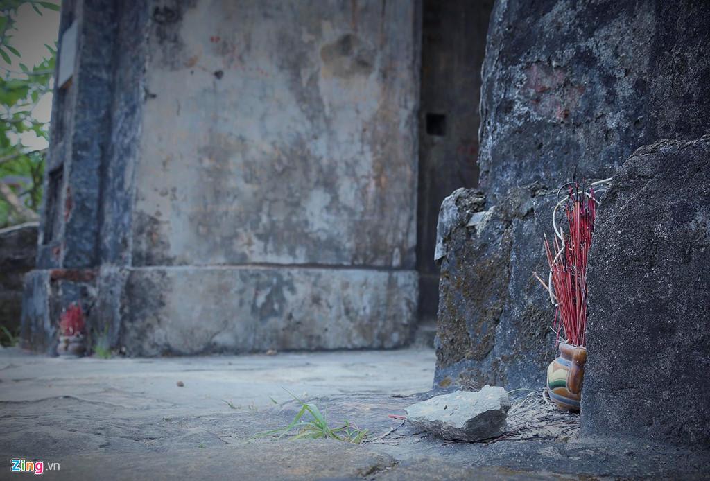Hai bên cánh cổng có lư hương nhỏ đặt sát dưới mặt đất, nhiều người tham quan và chủ nhân những ngôi mộ cạnh khu vực này thương thắp nén hương mỗi khi qua đây.