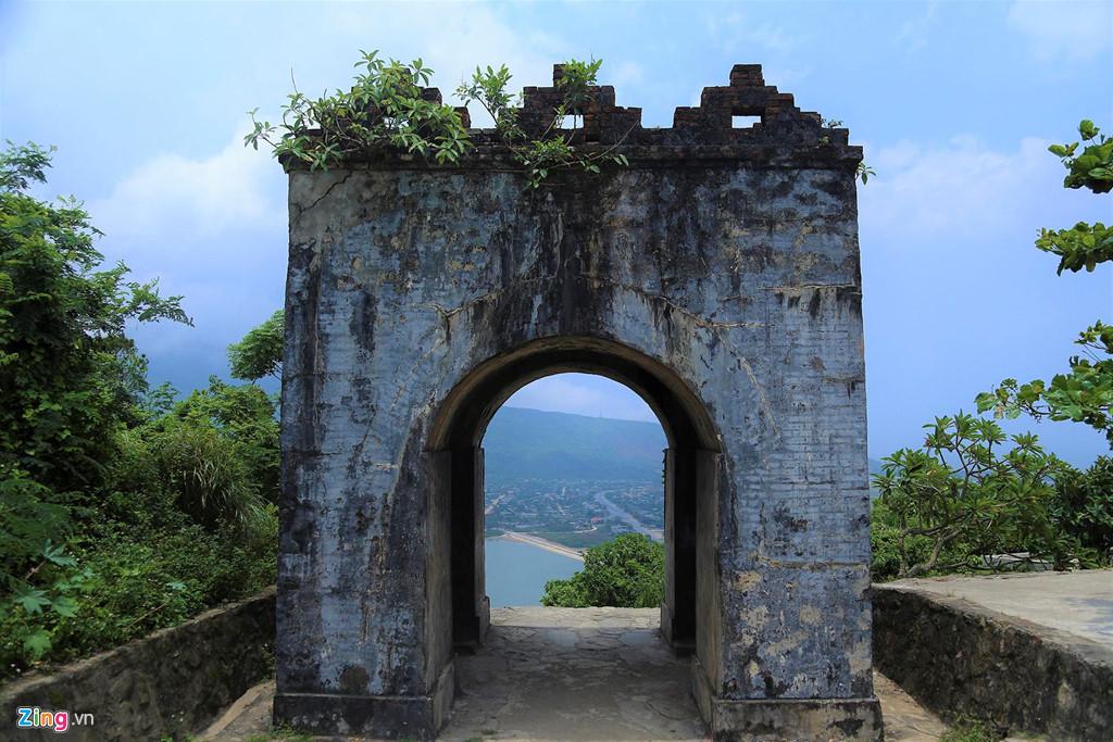 Từ Hoành Sơn Quan nhìn ra là vùng đất Kỳ Nam (thị xã Kỳ Anh, Hà Tĩnh), nơi có đồng ruộng, núi đồi, biển cả và quốc lộ 1 chạy qua.