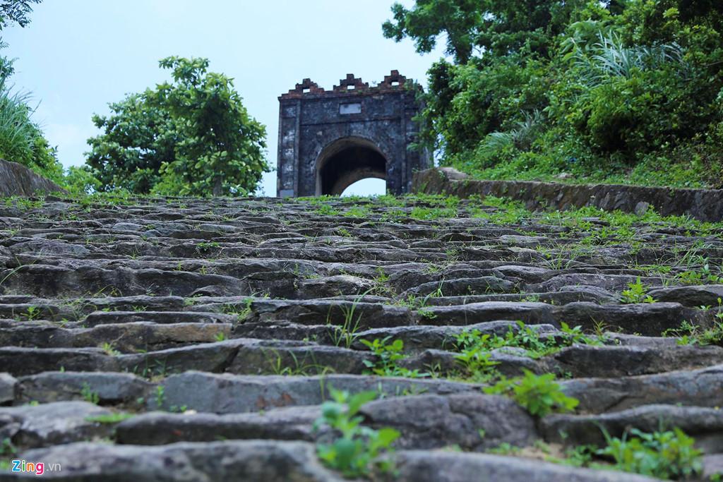 """Kiến trúc """"Cổng trời"""" Hoành Sơn Quan có cửa cao 4 m, hai bên thành dài 30 m, nằm phía bên mái núi của tỉnh Hà Tĩnh, xây gạch trát vữa còn khá nguyên vẹn. Lối đi được mở về hai phía, có 1.000 bậc thang lên xuống do thợ xẻ núi tạo thành."""