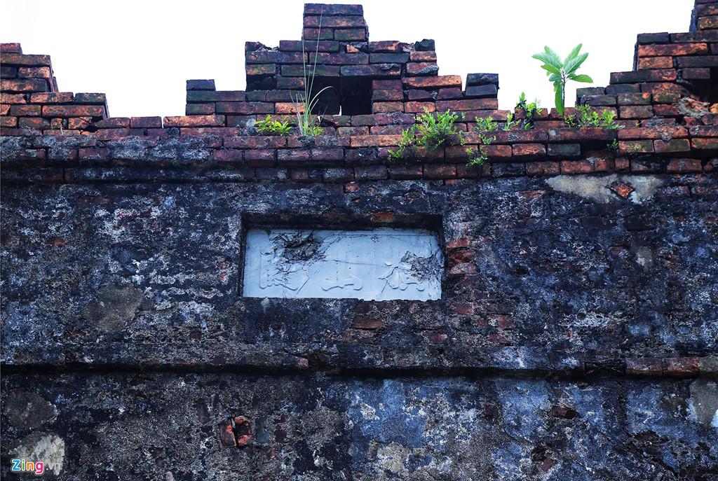 Tấm biển Hoành Sơn Quan bằng chữ Hán trên cổng vòm đá hướng ra phía bắc, phía trước là bậc tam cấp khá vẹn nguyên dẫn xuống quốc lộ.
