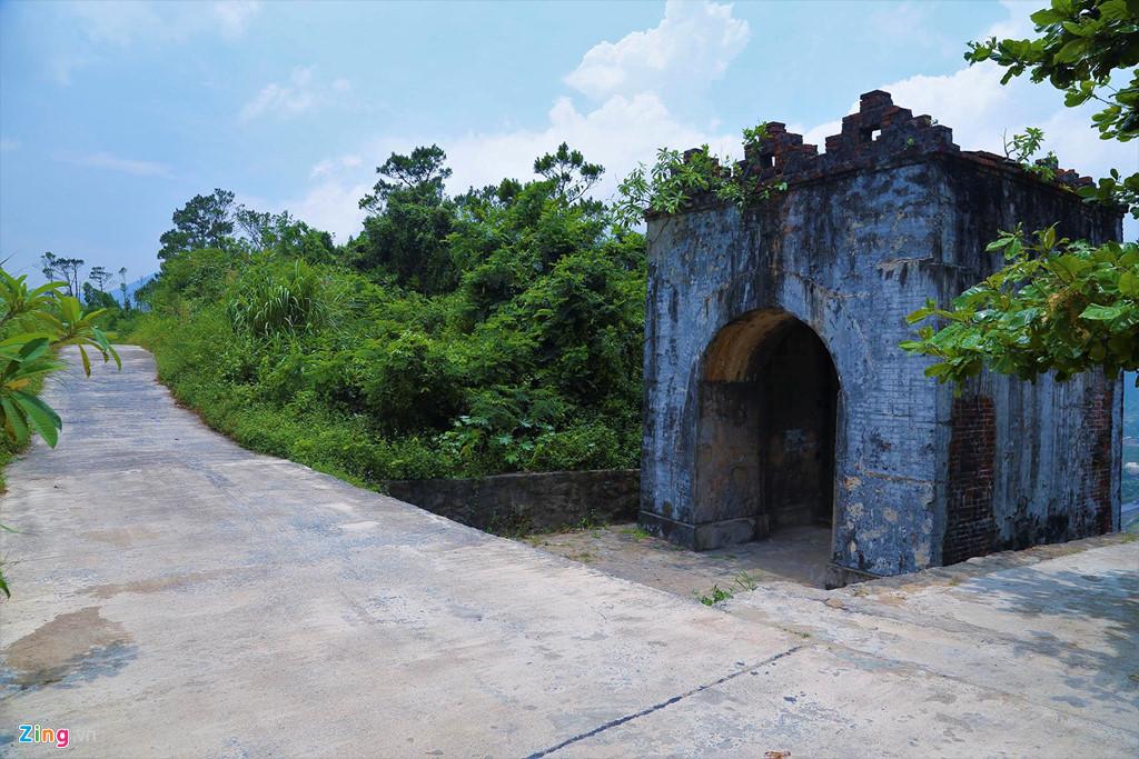 Con đường bê tông chạy song song quốc lộ 1, thẳng trên đỉnh các triền núi gần ranh giới hai tỉnh Hà Tĩnh và Quảng Bình.