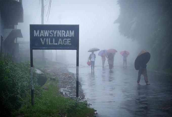 """Cách Shillong, thủ phủ của bang Meghalaya (Ấn Độ) khoảng 2 tiếng đi taxi là những ngọn đồi Khasi ở độ cao gần 1.500m. Trên đó có ngôi làng nổi tiếng Mawsynram - được xác nhận kỷ lục Guinness là """"nơi ẩm ướt nhất thế giới""""."""