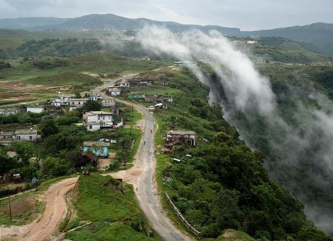 Với dân làng, mây bay vào nhà là cảnh tượng phổ biến. Họ có thể chạm vào những đám mây, thậm chí ngửi và nếm. Mawsynram cũng được biết đến là nơi mưa nhiều nhất thế giới, khi lượng mưa trung bình mỗi năm lên đến 11.871 mm. Do mưa triền miên, cây cối ở đây luôn tươi tốt.