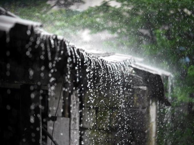 Người dân đặt cỏ trên nóc nhà để làm dịu tiếng mưa, đặc biệt là những tháng gió mùa. Du khách đến Mawsynram thường cảm thấy thích thú khi bắt gặp những con ếch nằm dưới cây dương xỉ khổng lồ.