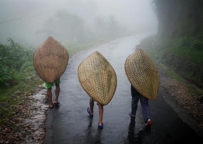 Để đối phó với những cơn mưa lớn, dai dẳng, người dân ở đây đã sáng chế ra một vật dụng đi mưa độc đáo, hay còn biết đến với tên gọi là Knups. Chúng được đan bằng nan tre với hình dáng giống mai rùa. Khi ra khỏi nhà, người dân sẽ đội Knups để được khô ráo.
