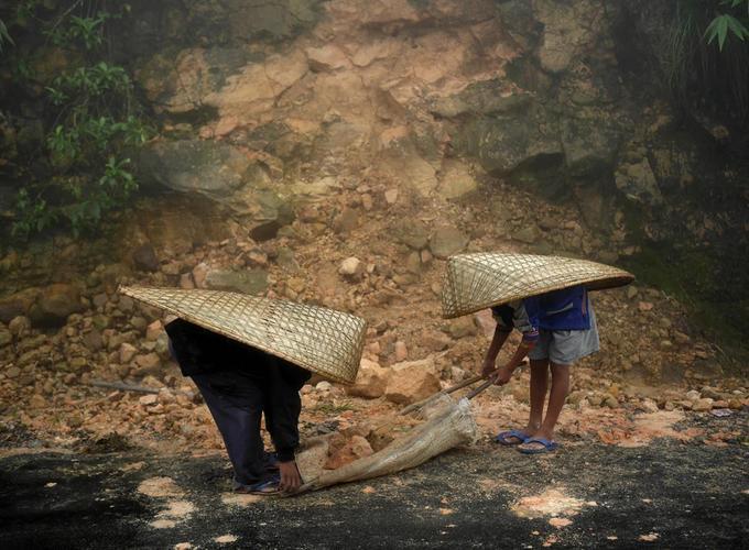 Sau mỗi trận mưa, đường sá thường bị sạt lở và đàn ông trong làng được trả 2,6 USD mỗi ngày để làm nhiệm vụ thông đường.