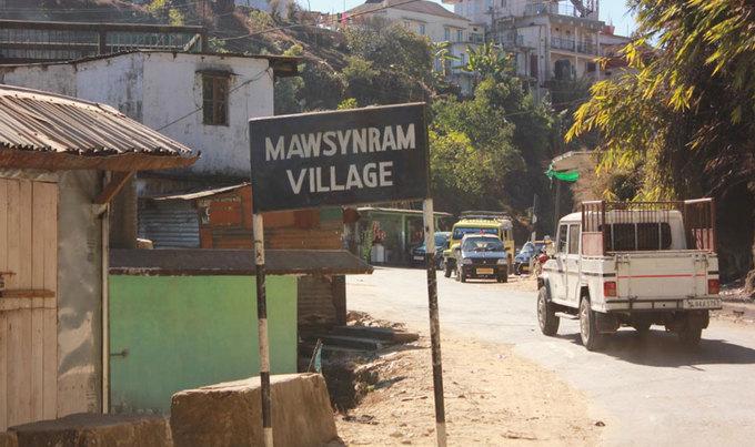 Tuy nhiên, không phải lúc nào Mawsynram cũng ngập chìm trong những cơn mưa triền miên. Ngoài các tháng gió mùa, thời gian còn lại trong năm, họ phải vật lộn với tình trạng thiếu nước. Ngôi làng trở nên khô cằn vào những tháng mùa đông. Người đứng đầu làng thường phải phân xử các cuộc tranh cãi của người dân tại các vòi nước công cộng. Tình trạng này thường bắt đầu từ tháng 10, và kéo dài hết mùa đông.