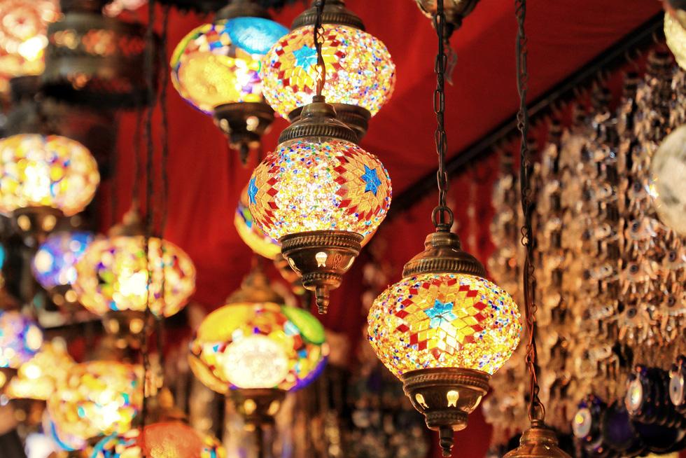 Đến Thổ Nhĩ Kỳ, du khách như lạc vào thế giới cổ tích với những chiếc đèn rực rỡ sắc màu, đa dạng về hình dáng, kích thước