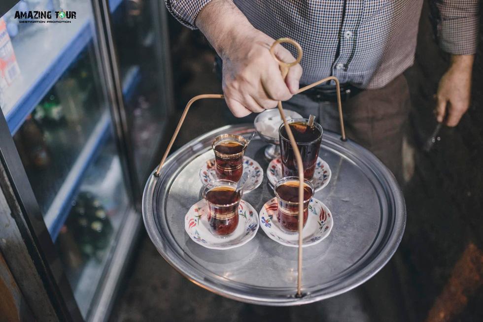 Phục vụ trà trong chợ Grand Bazaar ở Istanbul. Trà đen, trà táo, trà lựu, trà hoa hồng... là những món đồ uống rất được yêu thích tại quốc gia này, cũng là quà lưu niệm giá cả phải chăng dành cho du khách - Ảnh: BẢO KHÁNH