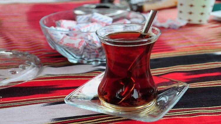 Ly uống trà hình hoa tulip, thường được dùng để phục vụ trà đen. Tại Grand Bazar có bán các loại ly tulip từ cơ bản như hình trên, tới các thiết kế đa dạng hơn, có hoa văn hoa nhuộm màu - Ảnh: Food Navigator