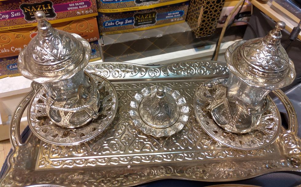 Một set trà dành cho hai người, với các chi tiết trang trí có thể tháo rời để dễ dàng vệ sinh ly, phần khay để đường hoặc một chút kẹo lokum (Turkish Delight) để nhâm nhi.