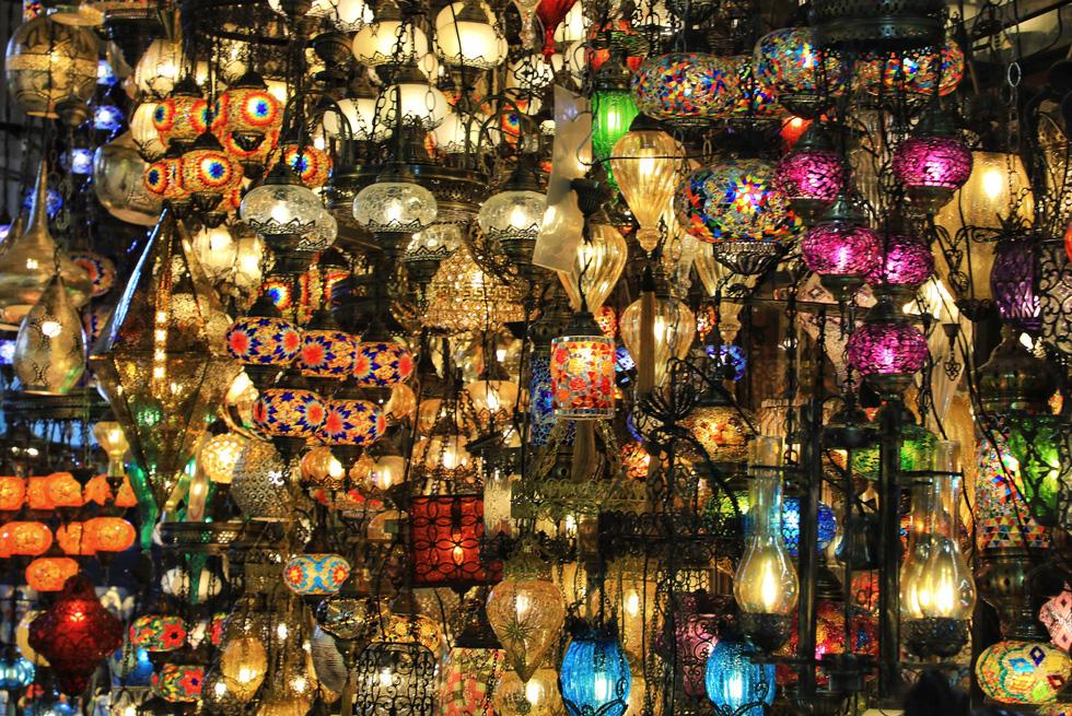 Một cửa hàng bán đèn trong chợ Grand Bazaar ở thủ đô Istanbul