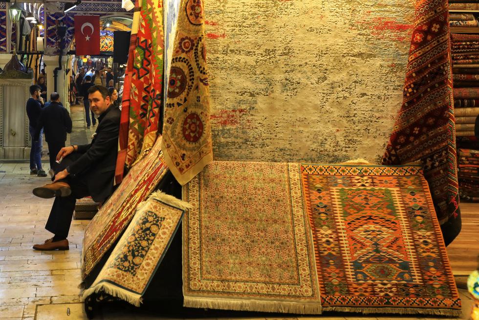 Thảm là đặc sản nổi tiếng thế giới của Thổ Nhĩ Kỳ, với giá từ vài chục USD tới hàng ngàn USD. Giá cả phụ thuộc vào kích thước, chất liệu (truyền thống như cotton, tơ lụa, hay hiện đại như sợi tre...), làm thủ công hay công nghiệp, và đặc biệt là... khả năng trả giá của du khách