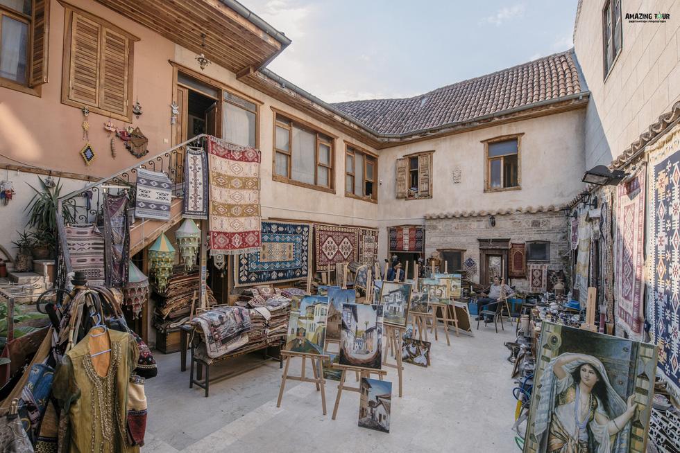 Thảm và tranh trong một cửa hàng đồ cổ ở phố cổ Kaleici, thành phố biển Antalya - Ảnh: BẢO KHÁNH