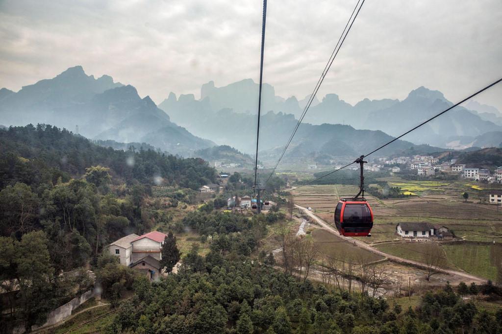 Thiên Môn Sơn là một trong những điểm đến ưa thích của du khách tại tỉnh Hồ Nam. Cách Trương Gia Giới khoảng 8 km nhưng khung cảnh núi non nơi đây hoàn toàn khác biệt. Điểm nhấn của nơi đây chính là cổng trời, tọa lạc trên đỉnh núi. Du khách có thể đến đây trên đường bộ nhưng phương tiện hữu hiệu nhất vẫn là cáp treo.