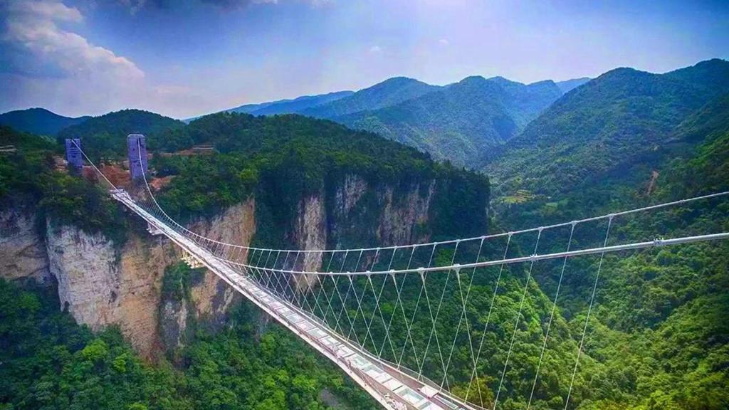Trong khi đó, cầu kính tại công viên Trương Gia Giới rộng 6 m, dài 430 m bắc qua 2 vách đá ở độ cao 300 m và nhìn được toàn cảnh bên dưới.