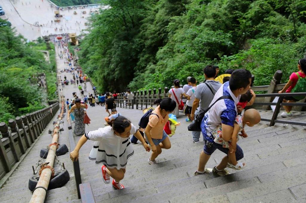 Trên độ cao hàng nghìn mét so với mặt nước biển, du khách có thể tận hưởng bầu không khí trong lành và cảm giác chỉ cần với tay là có thể túm lấy mây trời. Những bậc thang đá còn đưa người vãn cảnh đến ngôi đền có kiến trúc cổ nằm gần đỉnh núi.