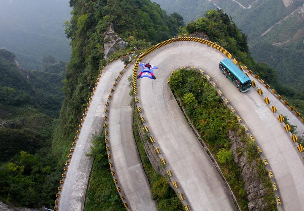 Kết thúc chuyến đi, du khách có thể trải nghiệm cảm giác mạnh khi vượt qua 99 khúc cua dài 11 km xuống chân núi. Tạp chí Dangerous Road từng gọi đây là cung đường nguy hiểm nhất thế giới với điểm cao nhất nằm ở độ cao 1.300 m so với mực nước biển. Trung Quốc bắt đầu xây con đường này từ năm 1998 và tốn 8 năm để hoàn thành.
