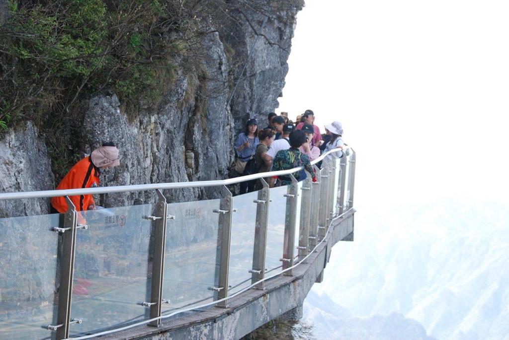 Nhiều du khách tỏ vẻ thích thú với cảm giác cheo leo giữa trời. Tuy nhiên, một số khác không thể vượt qua nỗi sợ của bản thân.