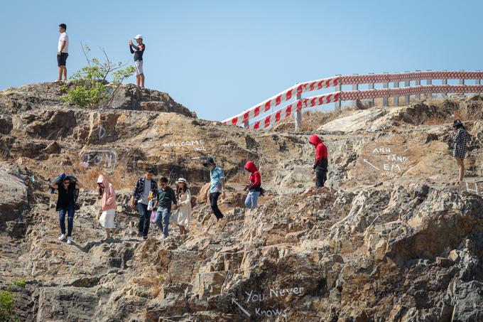 Lối lên đồi bắt đầu từ con hẻm nhỏ đường Phan Chu Trinh (phường 2) với chiều dài khoảng 500 m. Với địa hình núi đá dốc và khúc khuỷu, để lên được đây, du khách phải đi bằng xe máy hoặc cuốc bộ.