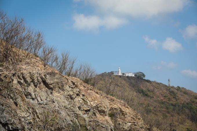 Từ đỉnh đồi, du khách dễ dàng thấy ngọn hải đăng, biểu tượng của thành phố biển Vũng Tàu. Đây được xem là một trong những hải đăng cổ nhất Việt Nam.